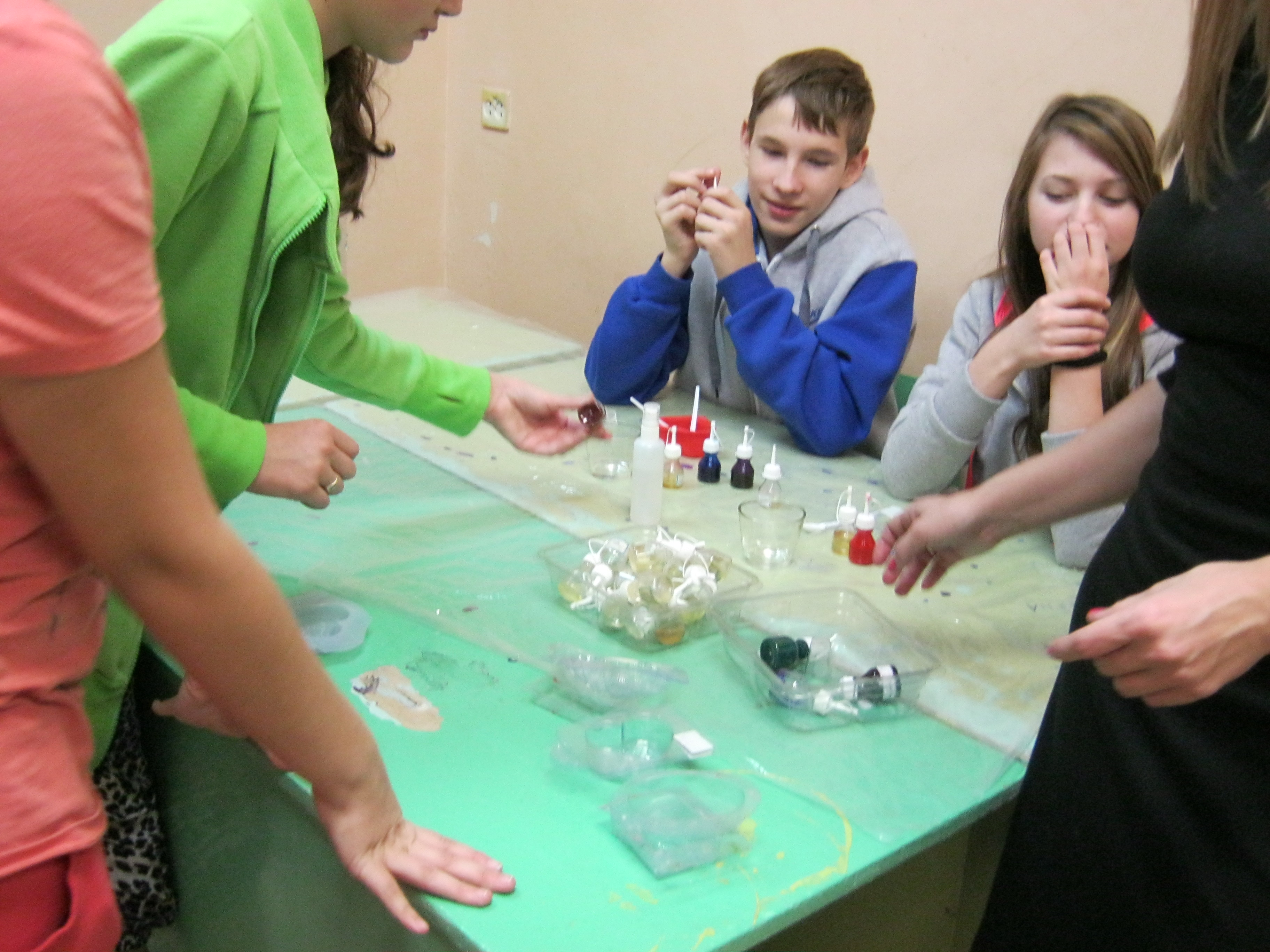 Дети готовятся варить мыло